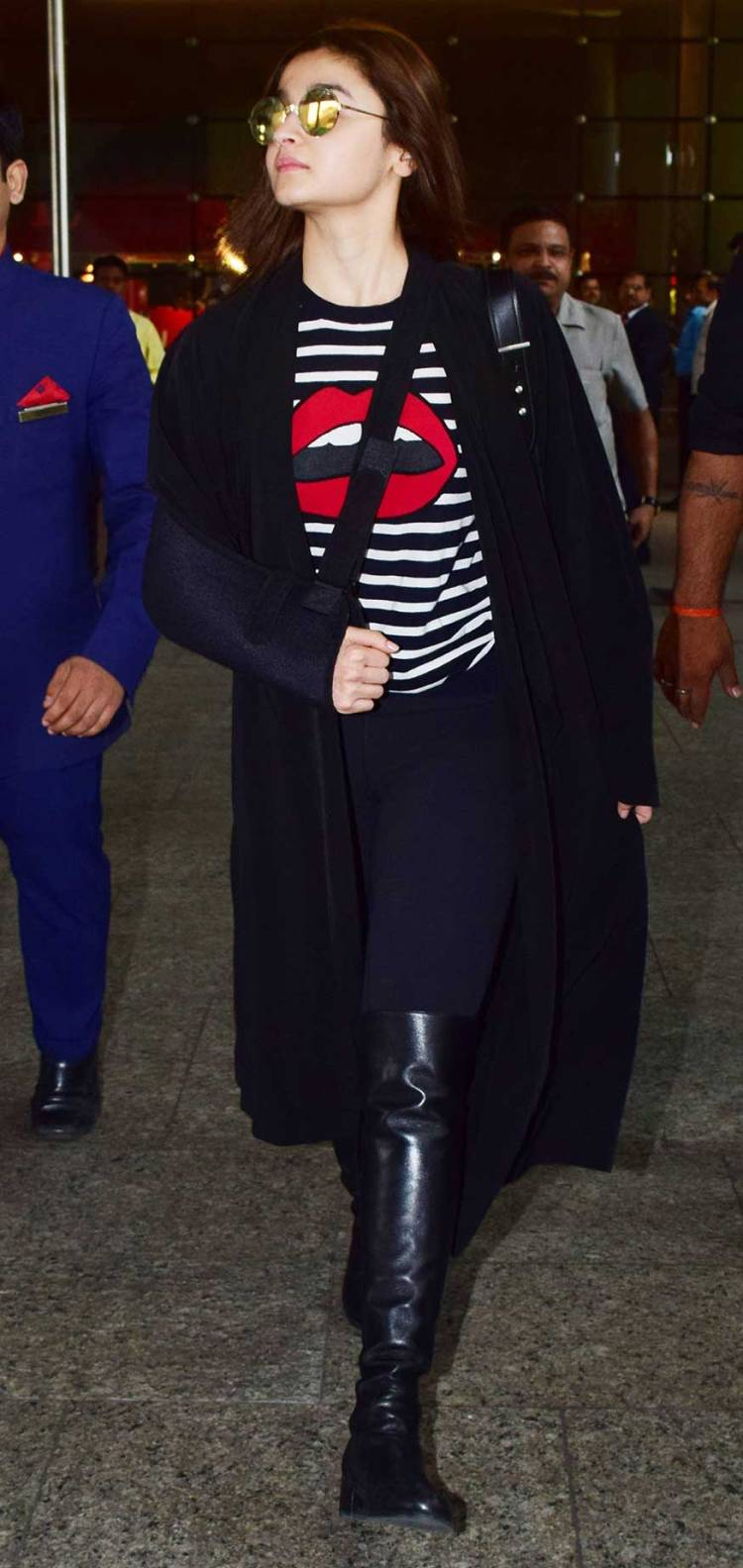 6955c09f2153 Alia Bhatt s injured arm did not hold her back from slaying at the airport.  Spotted in a lip print t-shirt
